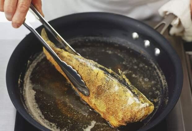 Лучше не использовать кулинарные щипцы, чтобы переворачивать рыбу, иначе можно раздавить мякоть / Фото: cdn.sm-news.ru