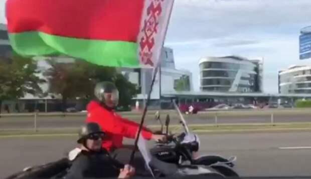 Байкеры с флагами проехали по Минску под песню «Саня останется с нами»