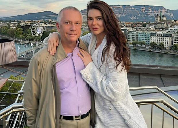 Бывший 60-летний российский чиновник и сенатор женился в Италии на 24-летней
