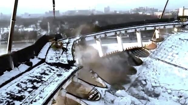 Обрушение крыши СКК вПетербурге, при котором предположительно погиб человек, сняли навидео