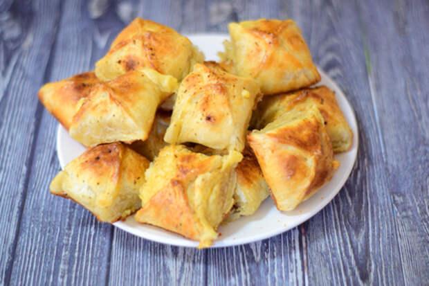 Фото к рецепту: Сырная закуска из слоеного теста, простейший рецепт