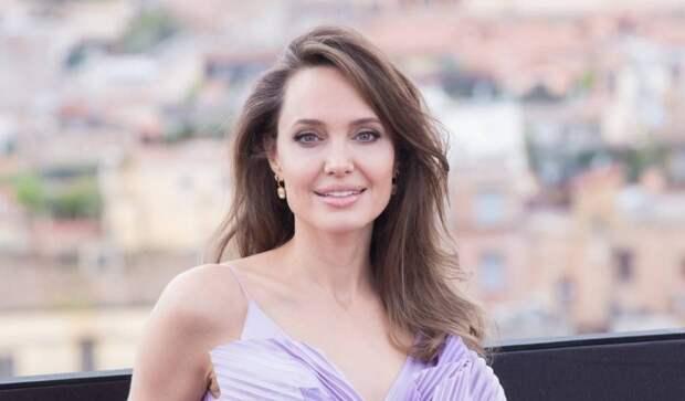 Считавшая себя мальчиком дочь Анджелины Джоли пришла на Римский кинофестиваль в нежном образе