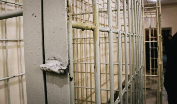 В Омске оперативник полиции избил клиента караоке-бара