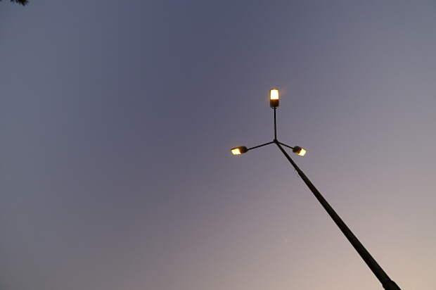 Столб у автопарковки на Академика Ландау отремонтировали