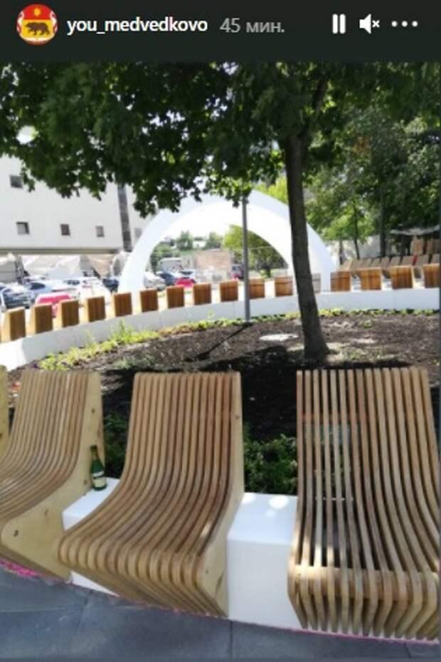 Фото дня: новые скамейки у ЗАГСа на Молодцова