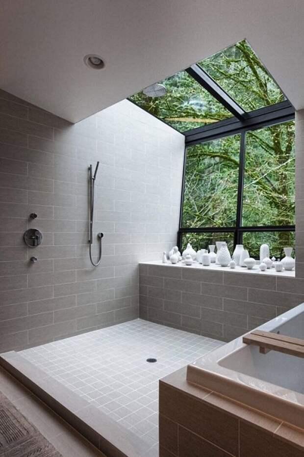 Нестандартное решение создать мансардное окно в ванной комнате, что позволит одновременно любоваться природой.
