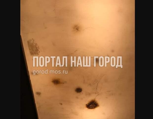 Вандалы поиздевались над потолком в лифте на Аэродромной