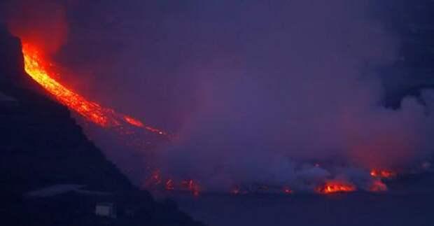 Лава от вулкана на Канарских островах образовала в океане 50-метровую пирамиду