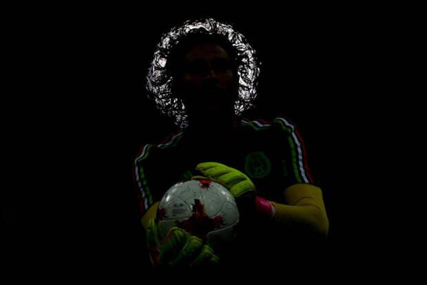 Вратарь Гильермо Очоа разминается перед матчем 1/2 финала Кубка конфедераций-2017 по футболу между сборными Германии и Мексики. Автор фотографии: Алексей Филиппов.