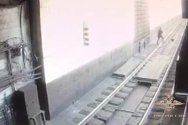 Пассажира московского метро избили и столкнули на рельсы