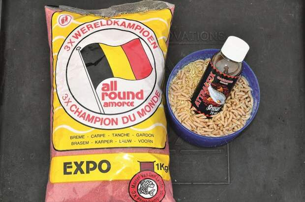 Ярко-красная прикормка VDE Expo и добавка Sensas Gardons — идеальный тандем для майской воблы.