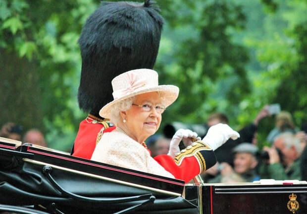 Елизавета II не захотела быть «старушкой года»