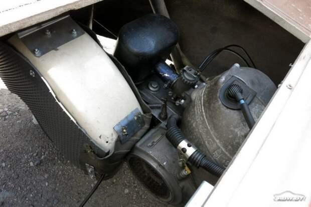 А под багажным отделением - моторный отсек. С этого ракурса Fuldamobil больше всего напоминает мотороллер. Fuldamobil, авто, автомобили, малолитражка, олдтаймер, ретро авто