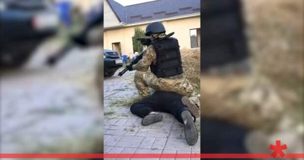 Сторонники экс-президента Киргизии отбили его у силовиков. Возле резиденции продолжаются бои