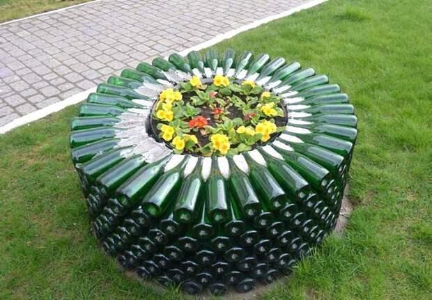 Клумба для цветов из стеклянных бутылок