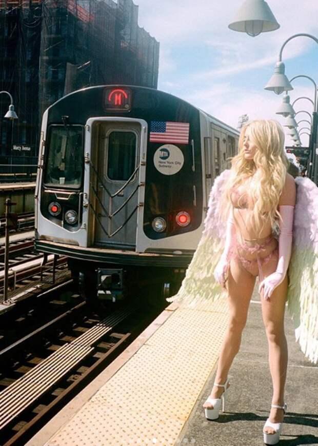 Модель воспользовалась карантином, чтобы сделать эротическую фотосессию в метро Нью-Йорка