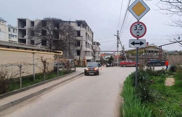 В Севастополе школьник наехал на Peugeot