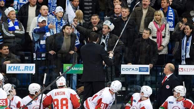 «Орали «Русские, домой!» и плевались в нас». Скандальная драка в КХЛ: тренер Назаров бился с болельщиками в Минске