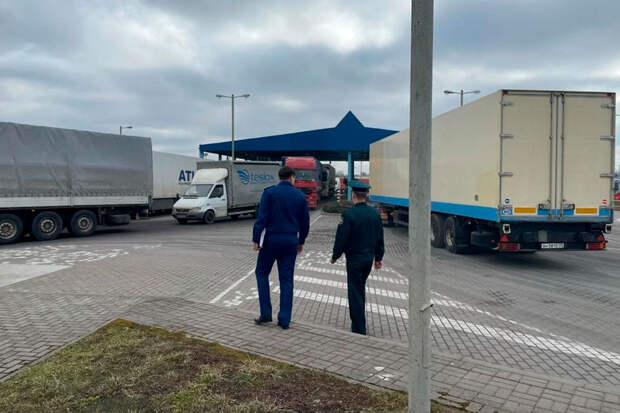 Многокилометровая пробка возникла на российско-литовской границе
