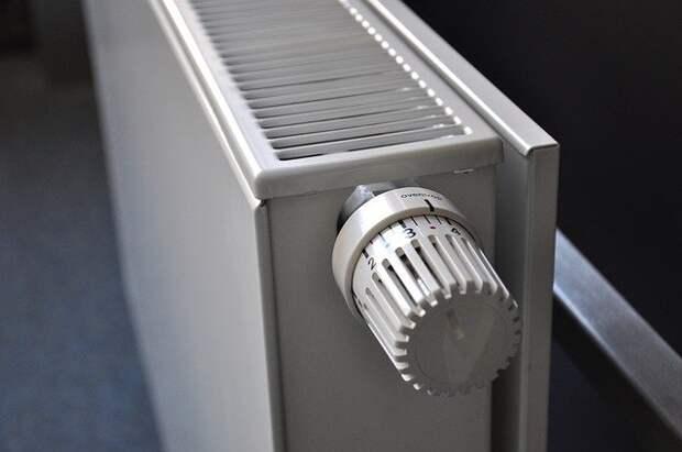 В подъезде дома на улице Маршала Новикова отрегулировали отопление