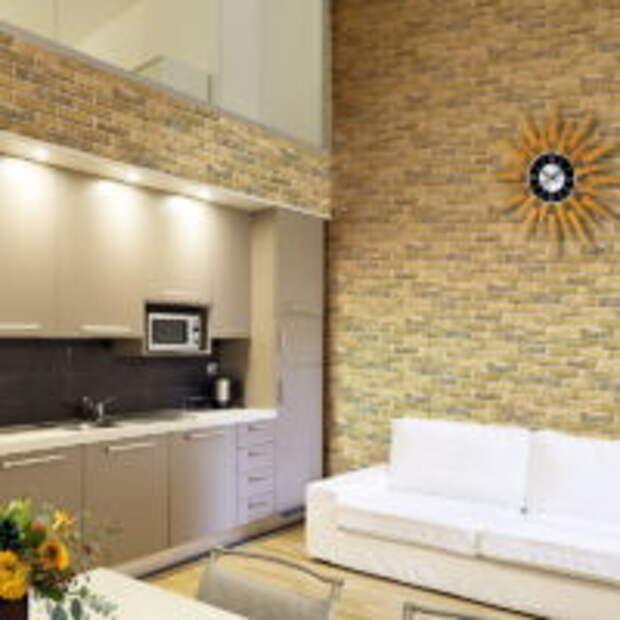 Кухня-гостиная с имитацией кирпичной кладки