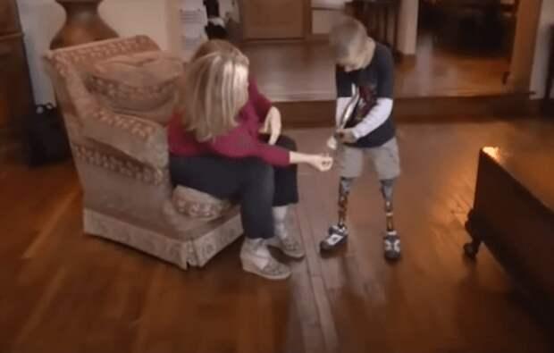 Люди усыновили ребенка без одной руки и ножек. Теперь он уже ходит в школу!