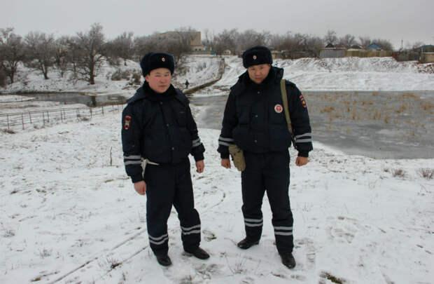 В Калмыкии полицейские спасли провалившихся под лед детей