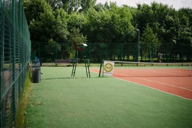 В сквере по Олонецкому проезду доступны бесплатные корты для занятий теннисом
