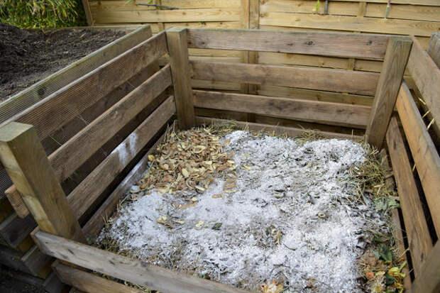 Чтобы в будущем вам не пришлось раскислять почву на грядках, просыпьте слои компоста древесной золой, доломитовой мукой, гашеной известью или мелом