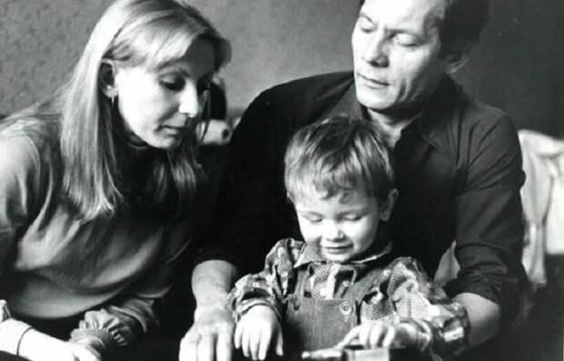 Михаил Жигалов с Ириной Маликовой (первой супругой) и сыном