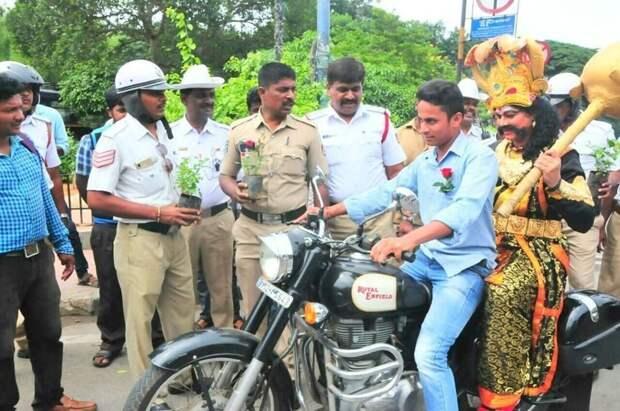 За некоторыми он бегал с булавой, а кому-то удалось прокатить Ямараджу на своём двухколёсном коне байкер, безопасность, божество, индия, мото, мотоциклист, шлем