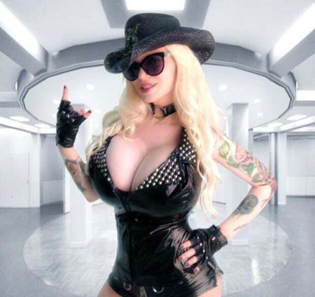 Эффектная рок-певица из 90-ых Сабрины Саброк.