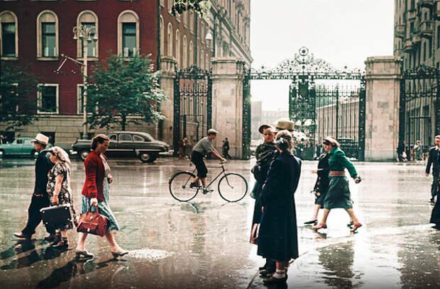 Москва после дождя. Улица Тверская, в то время -- улица Горького. Вот это точно репортажный снимок.