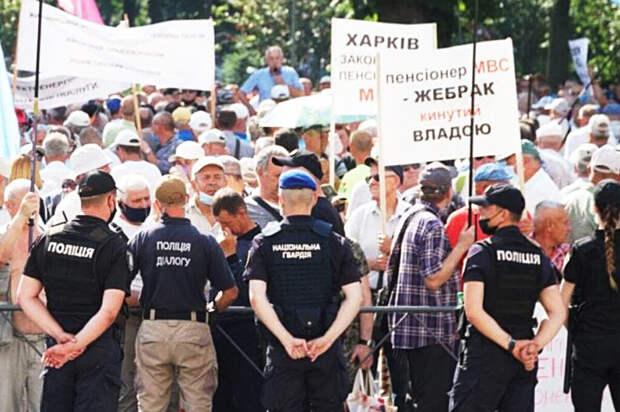 Пенсионеры МВД Украины пытались прорваться в здание Верховной Рады