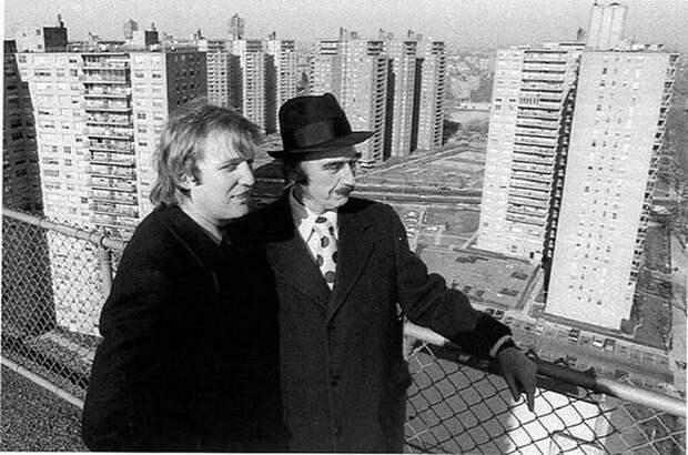 """Застройщик Фред Трамп с сыном Дональдом, 1970. На заднем плане — американский вариант """"Черёмушек""""; многоэтажки для бедных в Нью-Йорке. Весь Мир, история, фотографии"""
