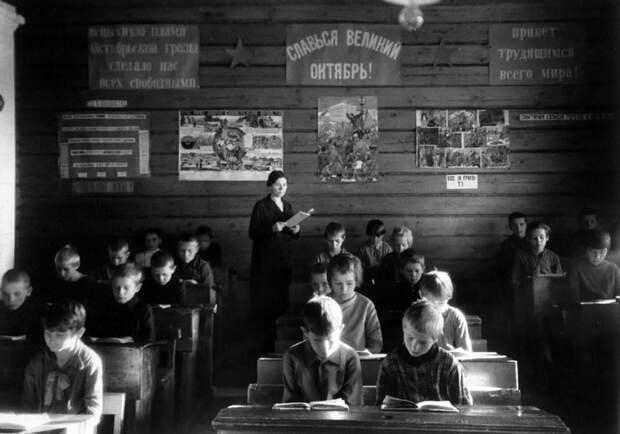 25 июля 1930 — принято постановление ЦК ВКП(б) о введении всеобщего начального обучения.