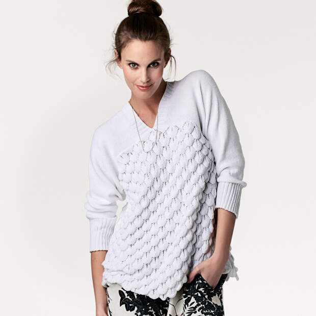 Пуловер с объемным рельефным узором спицами