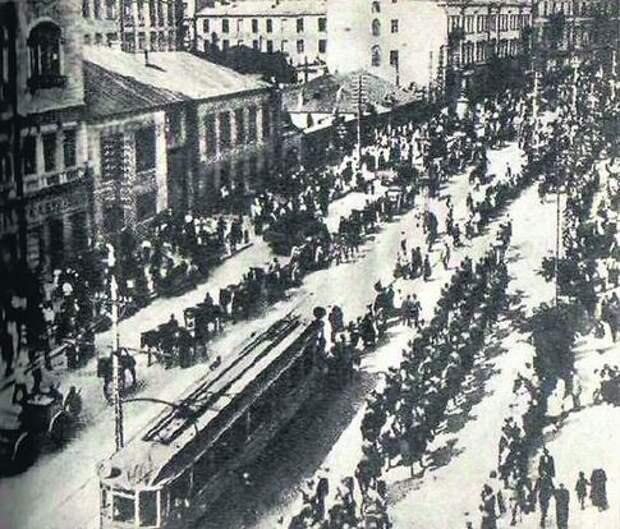 Крещатик, май 1920. Польская армия вступает в Киев, организованно обходя трамвай