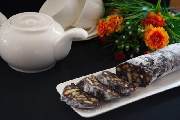 Колбаска из печенья и какао.