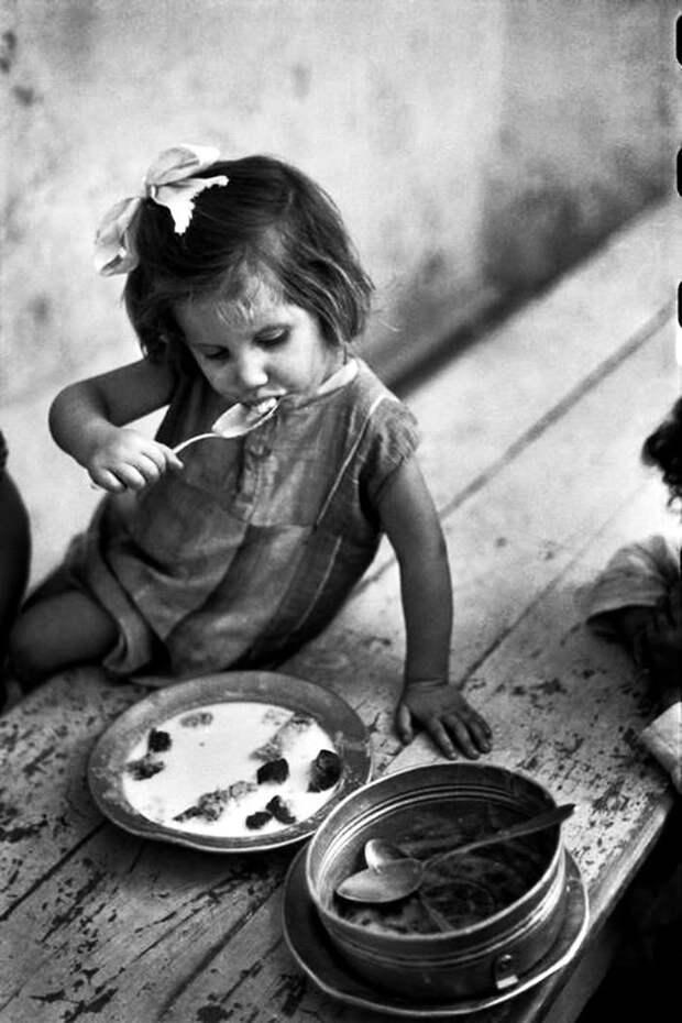 Италия, Неаполь, 1948 год - Девочка и ее скудная трапеза