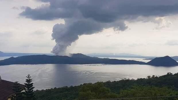 Извержение вулкана произошло на юго-западном японском острове Суваносэ