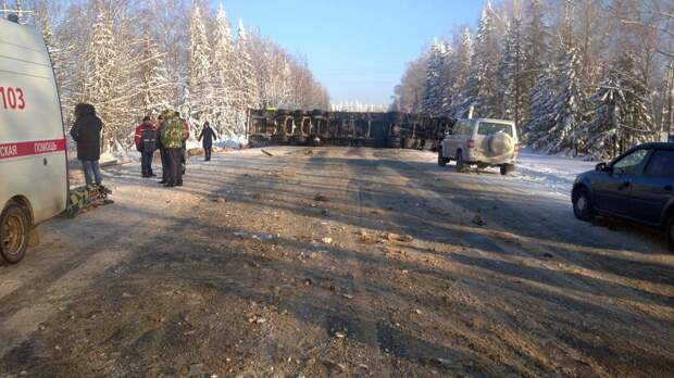 Упавший грузовик перегородил Якшур-Бодьинский тракт в Удмуртии