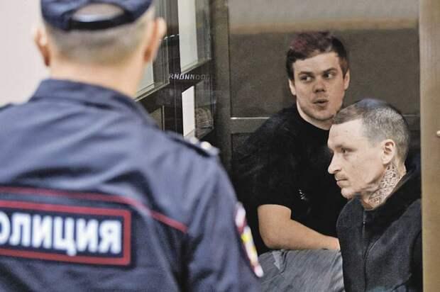 В случае, если приговор будет отменен, у Александра Кокорина (в центре) и Павла Мамаева (справа) есть все шансы доказать, что, сидя за решеткой, они потеряли огромные суммы. Фото: Кирилл ЗЫКОВ/Агентство городских новостей «Москва».