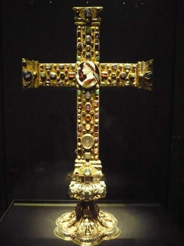 Крест Лотаря (кон. 10 в., Германия). Сардоникс, филигранное золото и драгоценные камни. высота: 50 см, ширина: 38.5 см, толщина: 2.3 см. Хранится в сокровищнице Аахенского собора