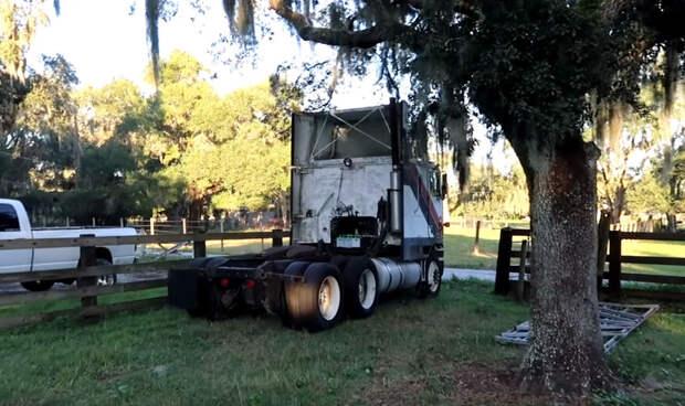 Посмотрите, как грузовик, простоявший на поле более 20 лет, уезжает оттуда своим ходом