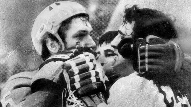 Легендарная драка сборной СССР. Советский защитник Рагулин зарядил канадцу в нос, а в ответ получил клюшкой в лицо