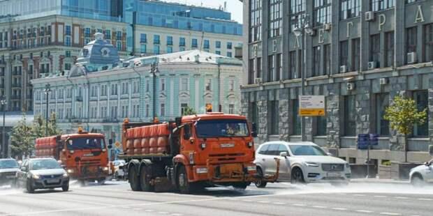 В Дмитровском промыли дороги и тротуары с шампунем