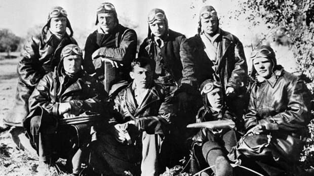 Советские летчики, участники первого воздушного боя 4 ноября 1936 года, на аэродроме Сото под Мадридом. В верхнем ряду второй слева — Павел Рычагов
