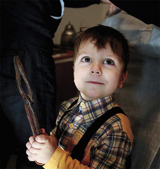 Климу, сыну Юрия Филипповича, технологии производства древних доспехов знакомы с детства. Фото В. Кламма
