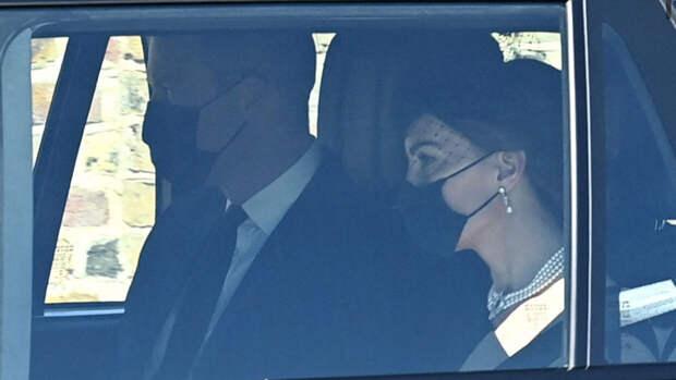 Кейт Миддлтон в чёрном платье-пальто и в жемчужном колье на похоронах принца Филиппа